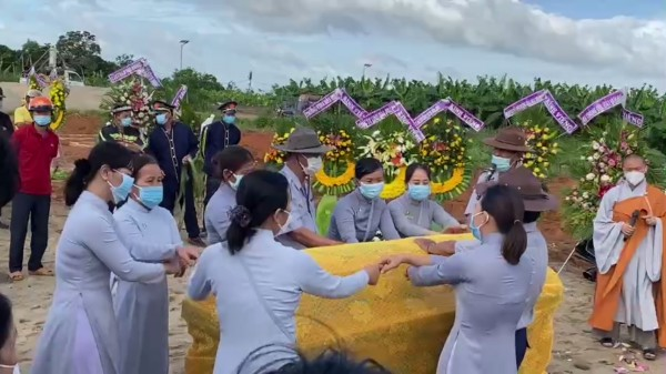 Tiễn biệt anh Thị Hoàng-Nguyễn Duy Lô vào lòng đất mẹ